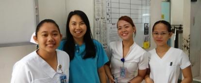 Doctoras de Filipinas junto a una interna de medicina.